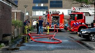 Brandweer blust brand in schuur achter woning in Zwolle