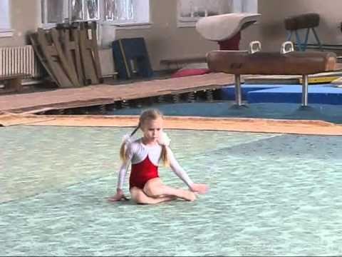Девочки нудистки с тренером занимаются гимнастикой видео 1 фотография