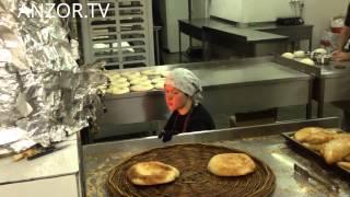 ЛАТВИЯ: Узбекский хлеб на центральном рынке в Риге... Латвия Рига... Latvia Riga