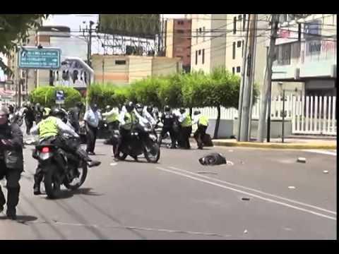 Brutal agresión de policías a estudiante de  LUZ (Venezuela)