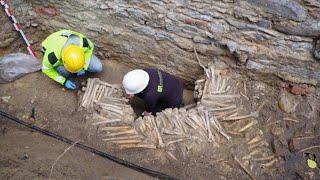 Descubren huesos y cráneos humanos debajo de una iglesia