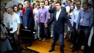 Дмитрий Медведев танцует Dmitry Medvedev Is Dancing Жесть(Дмитрий Медведев танцует Dmitry Medvedev Is Dancing Жесть. редкое видео rare video video HD Дмитрий Медведев танцует с молод..., 2011-04-23T04:18:50.000Z)