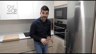 Cocina pequeña con barra moderna en madera y blanco Cocinas Santos CJR