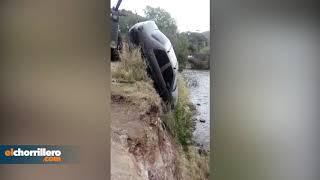 Fue a auxiliar a sus amigos y terminó con su auto en el lago de Potrero