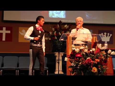 """Erik Roberto y su papa Pedro Torres cantando a dueto """"Un Grano de Arena"""""""