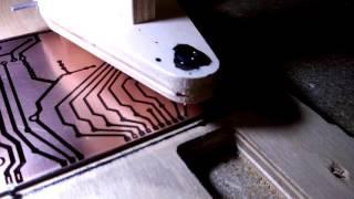 Рисую печатную плату на ЧПУ (Draw the circuit board on the CNC)(Битумный лак разведён растворителем. Рисует обрезанная иголка от шприца 10 мл. Эта плата была нарисована..., 2016-07-13T12:56:25.000Z)