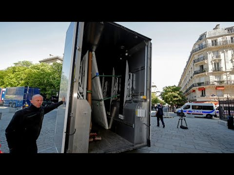 Last Notre-Dame artworks removed as officials head inside