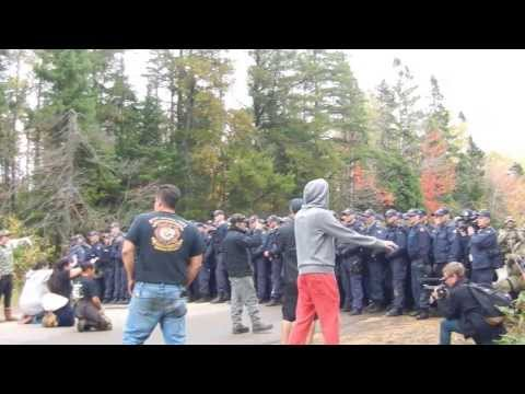 Rexton Oct1713 Melee, rubber bullets and pepper spray as Chief and Council are arrested
