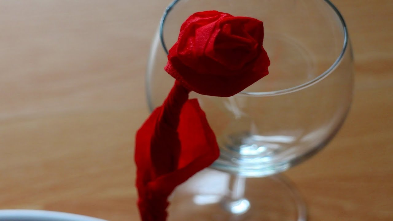 Servietten falten: \'Rose\' für Valentinstag, Hochzeit, Muttertag ...