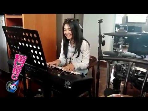 Cantik, Mikha Tambayong Nyanyi Lagu Jamrud - Cumicam 23 Oktober 2015
