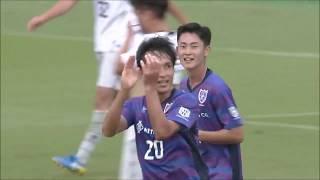 前田 遼一(F東23)が右サイドからのCKを相手GKの前で合わせ、F東23が再...