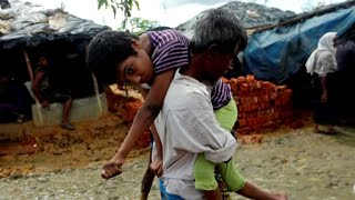 Rohingya Muslims flee violence from government soldiers in Myanmar