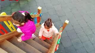 Ayşe Ebrar Alışveriş Merkezinde Park Gördü. Oyun Parkında Oynamak için Mızmızlandı. Çocuk Videosu