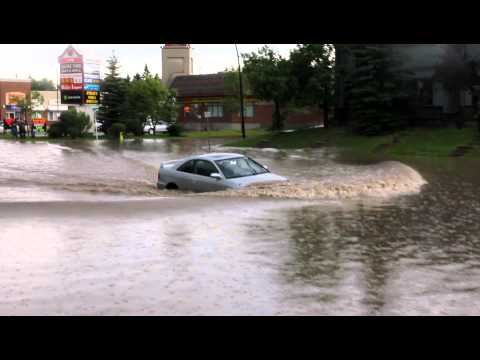 Calgary Floods - Car get stuck