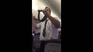 Avete mai incontrato uno steward così su un volo? Veramente grottesco!