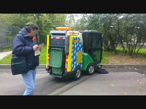 Субкомпактная вакуумная подметально-уборочная машина ПУМ 50-21 в парке Сокольники