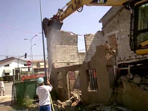 demolizione di una vecchia casa con cat 320 4/6 - youtube