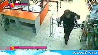 Камеры видеонаблюдения магазина в Екатеринбурге запечатлели курьезный инцидент.(, 2015-01-21T21:40:23.000Z)