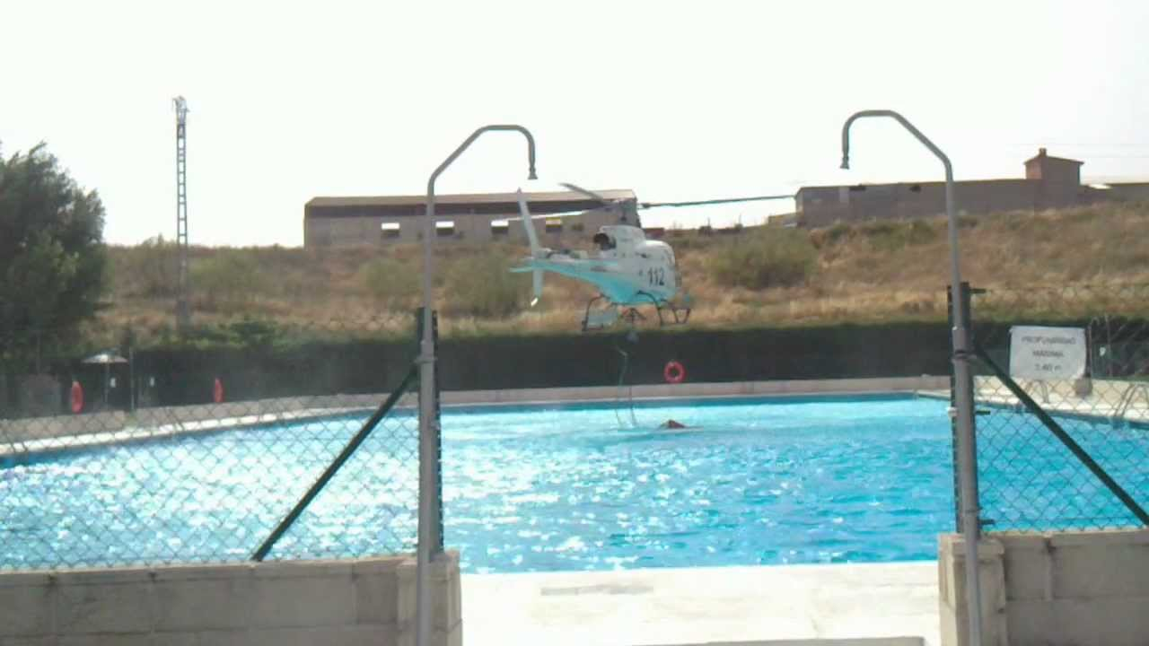 Helicoptero 112 cogiendo agua en piscina de torrej n del for Piscina arganda del rey