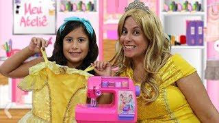 Maria Clara faz vestido de princesa para sua mãe ♥ Maria and Mommy playing with Toy Sewing machine