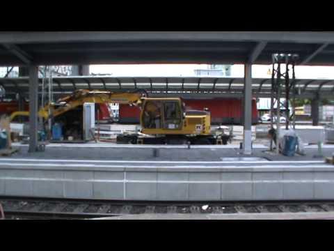Zweiwegebagger Ballet in Frankfurt am Main Hbf bei Bauarbeiten