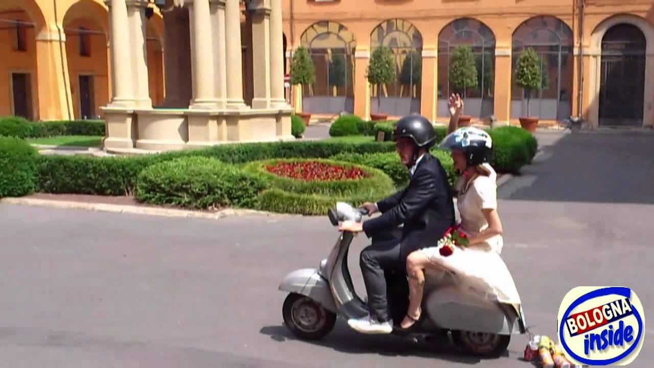 Matrimonio In Vespa : Oggi sposi con vespa youtube