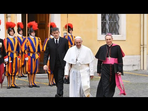 Swiss Guards carry on 500-year tradition of swearing to protect the pope