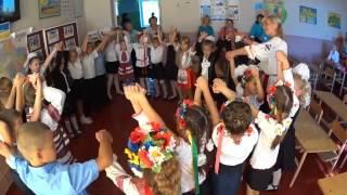 Танцюють учні Новобузької ЗОШ №4 перший урок 2014р