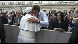 El tenista Juan Martín del Potro regala una de sus raquetas al papa Francisco