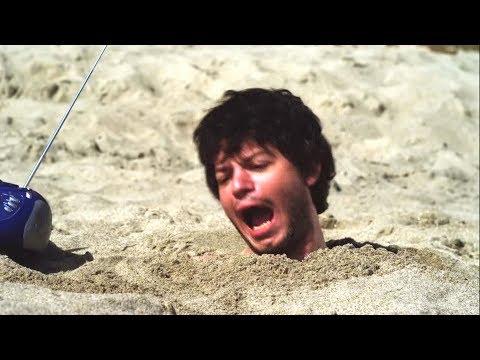 男子被埋在沙滩里无法动弹,结果来了一条鲨鱼,这下完蛋了