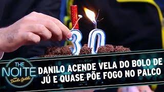 The Noite (26/05/16) - Danilo acende vela do bolo de Jú e quase põe fogo no palco