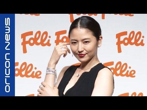 長澤まさみ、胸元バックリのシックドレス姿披露 フォリフォリ2016AWグローバルキャンペーン