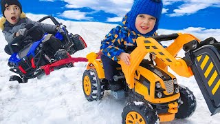 Машинка застряла в снегу Андрей на тракторе помогает машинке