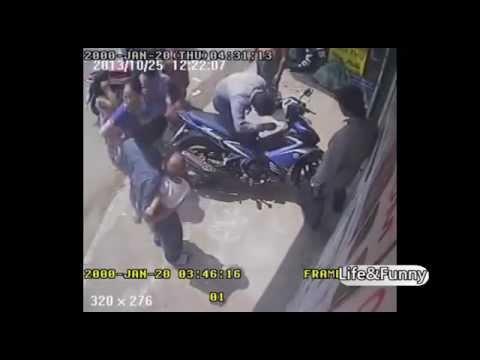 Trộm xe máy tích tắc chỉ 3s rồi tấn công người truy đuổi