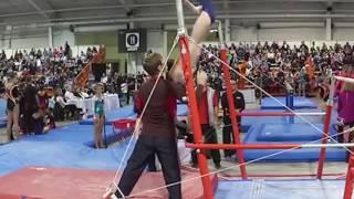 Тренер спас гимнастку в невероятном прыжке