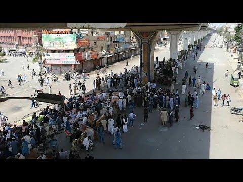 شاهد: أنصار حركة إسلامية متطرفة يغلقون طرقاً في باكستان -بسبب الرسوم الفرنسية- …  - 22:58-2021 / 4 / 13