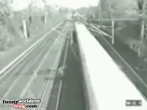 Мужик чуть не попал под два поезда