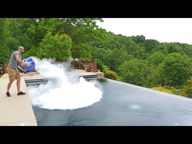 Evo šta se dogodi ako u bazen ubacite punu kantu suhog leda