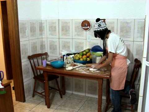 Bernardo Reis e Alison Freire na cozinha.
