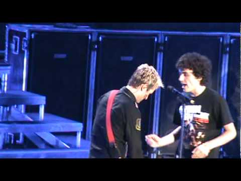 Guy Sings With Green Day and gets Billies Guitar 8/31