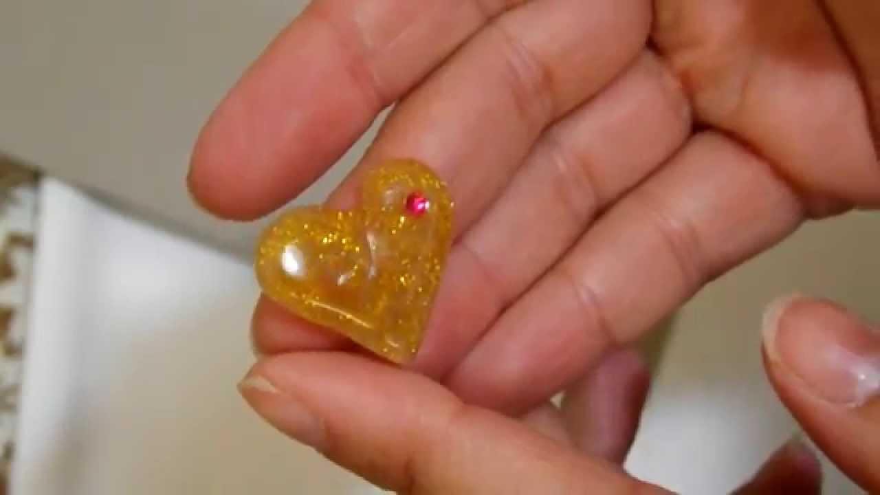 La nutrizione da un petto con piccoli capezzoli
