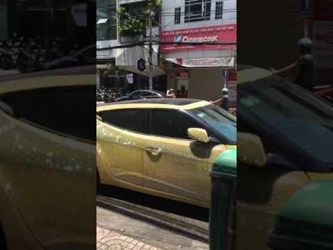 Chiếc xe phủ toàn đá lấp lánh của giám đốc Kelly Pang