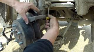 Как заменить задние тормозные колодки Toyota Camry  /   How to replace rear brake pads.(В этом видео показано как самому в чистом поле заменить задние тормозные колодки на автомобиле Тойота Камр..., 2015-01-07T12:25:20.000Z)