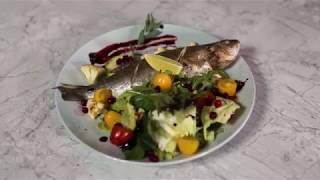 Нежнейший запеченный сибас на подушке из овощей, заправленный оливковым маслом и соком лайма.