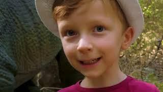 Лёва весело гуляет и кормит динозавров в парке динозавров