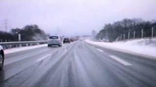 Schnee auf der Autobahn - und alle fahren links