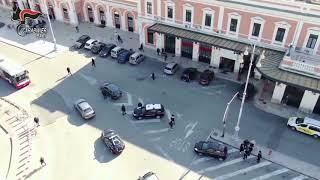 Si scambiano armi in un'area di servizio sulla tangenziale a Bari: arrestate due persone