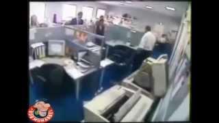 ofiste deliren çalışanlar..