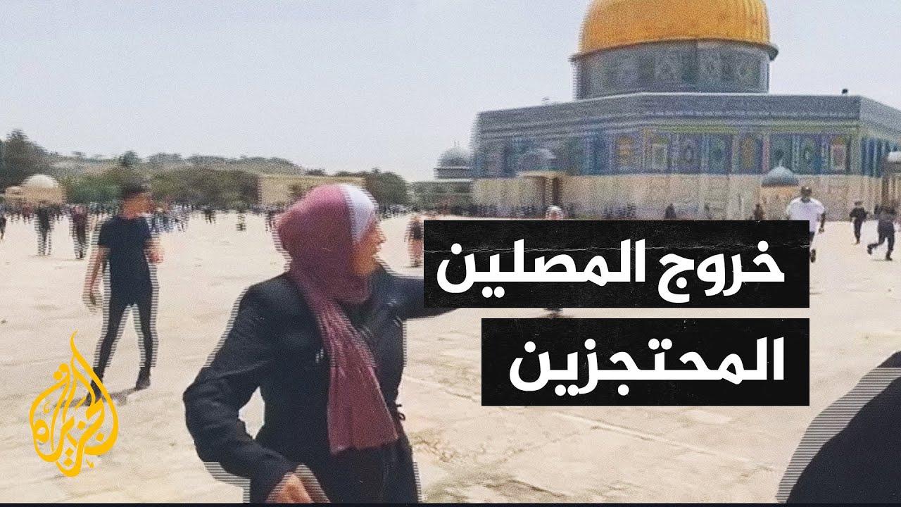لحظة خروج المرابطين المحتجزين داخل المساجد إلى ساحات الأقصى  - 14:01-2021 / 5 / 10