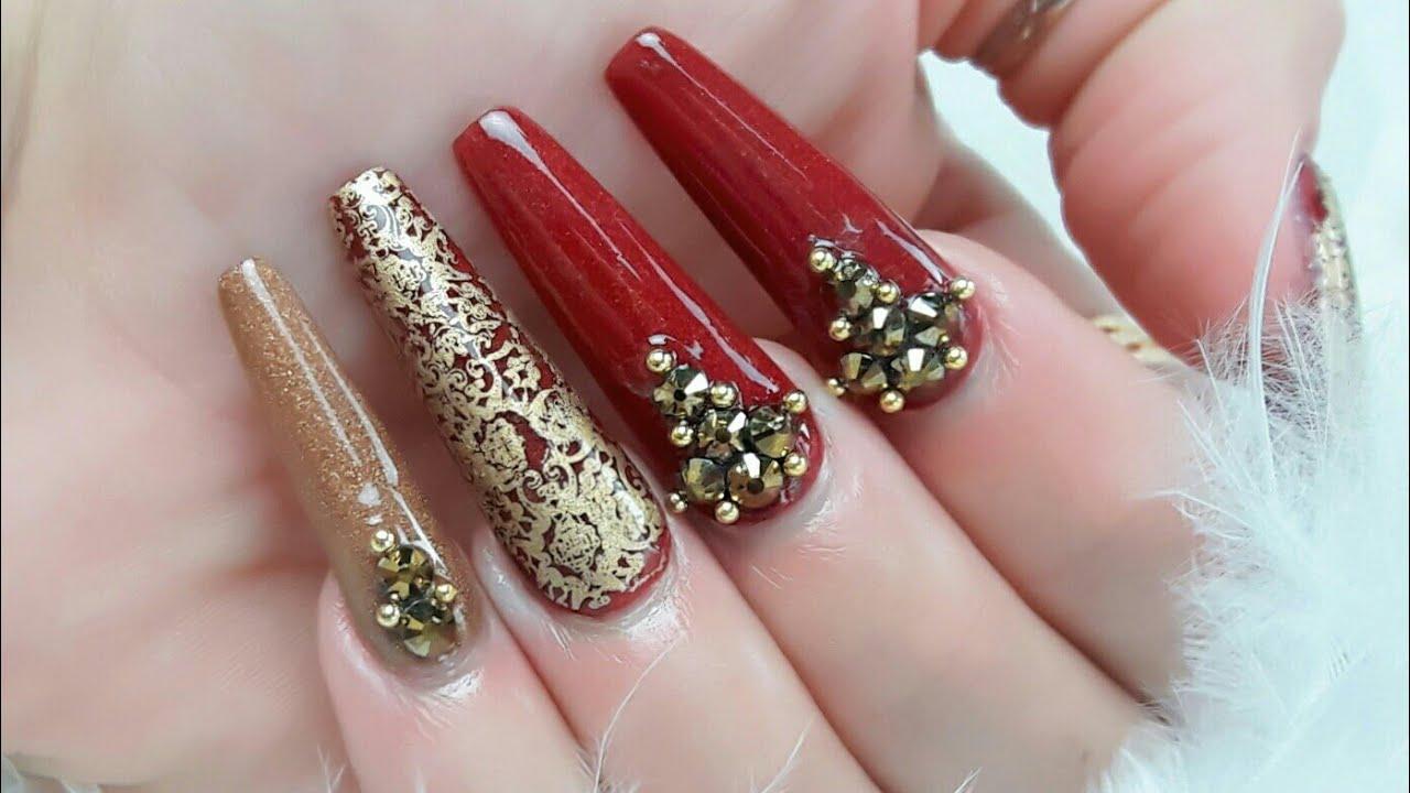 Uñas acrílicas rojo tinto con un toque de elegancia ...